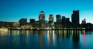 Docklands bis zum Nacht Stockfotos