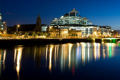 Docklands de Dublín en la noche Imagenes de archivo