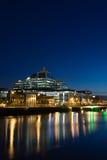 Docklands de Dublín en la noche Imágenes de archivo libres de regalías