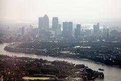 Docklands del río Támesis y de Londres en un día de niebla Imagenes de archivo