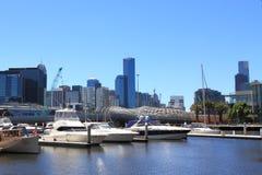 Docklands Hafen- und Webb-Brücke Lizenzfreie Stockfotos