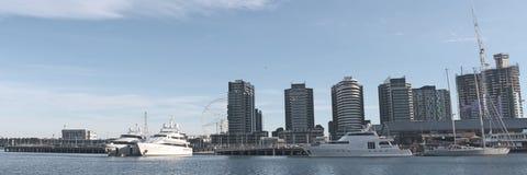 Docklandspanorama met jachten Royalty-vrije Stock Fotografie