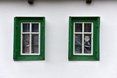 Dockor i fönstret i ett lantligt hus Royaltyfria Bilder
