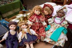 Dockor på en loppmarknad royaltyfria foton