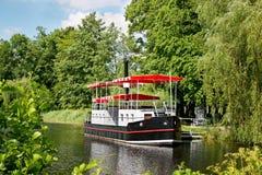 dockriverboat som binds till Royaltyfria Foton