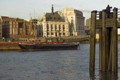 Docks über der Themse in London lizenzfreies stockfoto