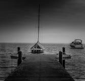 Docks de bateau pendant l'après-midi Photographie stock libre de droits