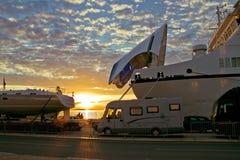 Docks de ferry-boat au coucher du soleil Images libres de droits