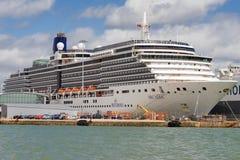 Docks de Southampton avec les terminaux pour passagers industriels et Images libres de droits