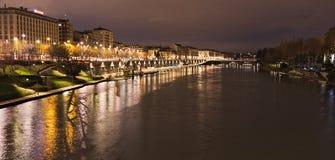 Docks du fleuve Pô et de Murazzi, Torino, Italie, vue de nuit images libres de droits