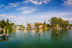 Docks et maisons le long de petit bayou de McPherson dans St Pete Beach, Images libres de droits