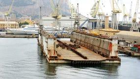 Docks flottants dans le port Photographie stock libre de droits