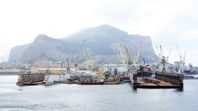 Docks flottants dans un chantier naval Photo libre de droits