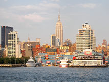 The docks at the Hudson river in New York with the Empire State Stock Photo