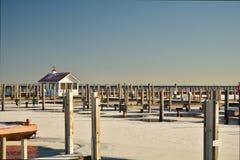 Docks im Winter am leeren Jachthafen Stockfotografie