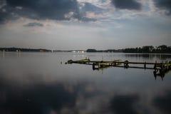 Docks le long de lac Conneaut en Pennsylvanie image stock