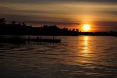 Docks sur le lac sous le coucher de soleil Photos libres de droits