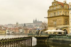 Docks und Charles Bridge Prague Czech Republic stockfotos