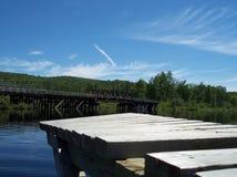 Docks und eine Schienen-Brücke Stockbilder