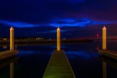 Docks und Pierbeiträge in einem Jachthafen nachts, in Kent Island lizenzfreie stockfotografie