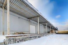 Docks vides de camion à un entrepôt photo stock