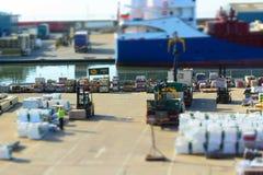 Dockside aktywność. Forklift ciężarówki przy pracą Obraz Stock