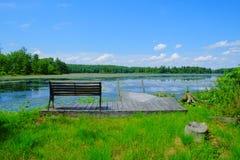 Dockside-Ansicht von Kuss-Teich Stockfotos