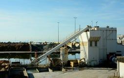 Dockside importująca piasek ocenia maszyneria i korytko Obrazy Stock