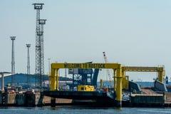 Dockside willkommener Fährhafen am industriellen Hafen in Rostock stockbilder