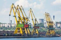 Docksidekräne auf Schienen Stockfoto