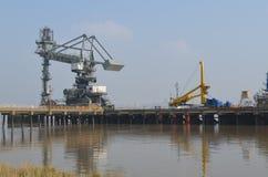 Docksidekräne entlang Tilbury in Essex Lizenzfreie Stockfotos