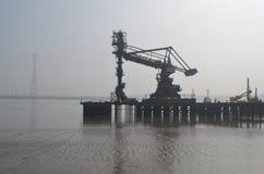 Docksidekräne entlang Tilbury in Essex Stockbilder