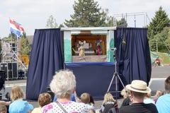 Dockteaterföreställning på gatateaterfestivalen i Doetinchem, det undre Royaltyfria Bilder