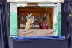 Dockteaterföreställning på gatateaterfestivalen i Doetinchem, det undre Arkivfoto