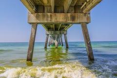 Dockunterseite gesehen vom Strand Stockbild