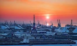 Dockyard zimy zmierzch przez spawalniczego szkła Fotografia Stock