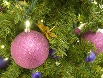 Docoration d'arbre de Noël avec les boules colorées Photographie stock libre de droits