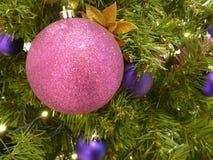 Docoration d'arbre de Noël avec les boules colorées Images stock