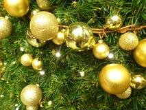 Docoration d'arbre de Noël avec les boules colorées Photo libre de droits
