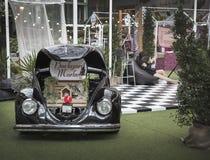 Docoration podwórka rynek z starym samochodem na ogródzie Obraz Royalty Free