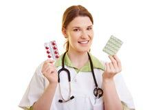 Docotor che offre due generi di pillole Immagine Stock Libera da Diritti