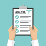 Docror递拿着有分析清单的剪贴板在一个平的设计 向量例证