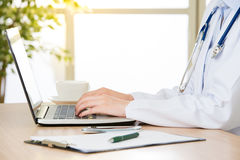 Docteur à l'aide de l'ordinateur pour rechercher l'Internet, les soins de santé et le médecin Photographie stock
