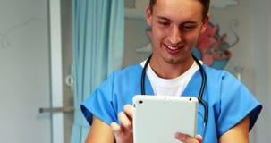 Docteur à l'aide de la tablette digitale banque de vidéos