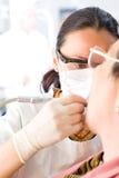 Docteur à une clinique dentaire image libre de droits