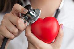 Docteur écoutant le battement de coeur ! photo libre de droits