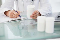 Docteur écrivant des prescriptions Photos libres de droits