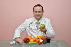 Docteur éloignant les produits pharmaceutiques Image stock