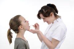 Docteur étudiant la bouche d'adolescent Photo stock