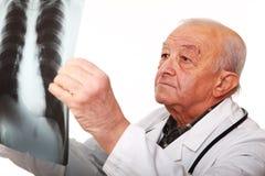 Docteur aîné au travail Photos stock